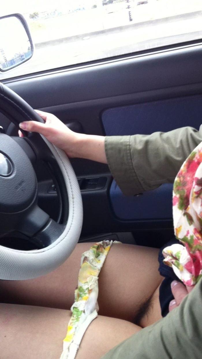 カーセックスおっ始めそうな勢いの車内エロ画像 vfGKAHu9o