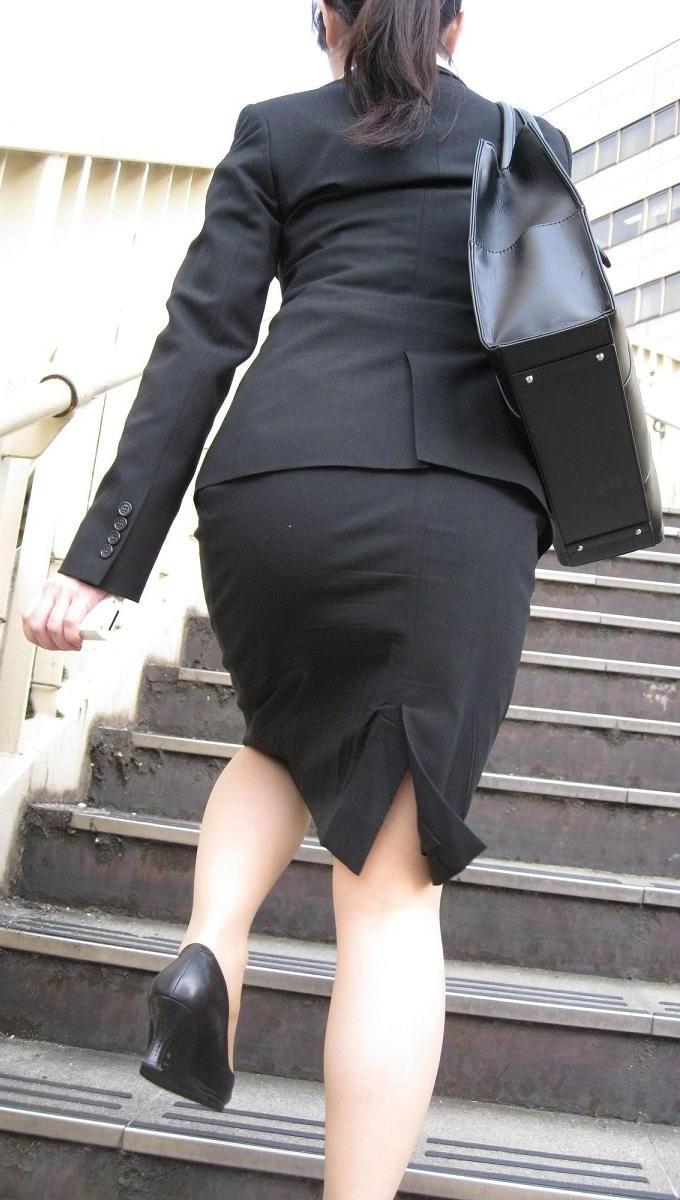 リクルートスーツのお姉さんの街撮り画像だぁーwwwお尻プリプリで最高だぜぇーwww 1sqB93F1KfStoQ