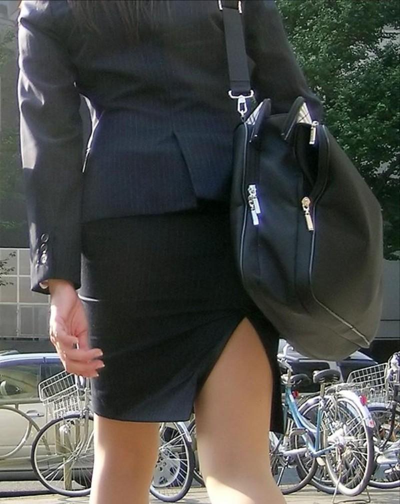 リクルートスーツのお姉さんの街撮り画像だぁーwwwお尻プリプリで最高だぜぇーwww B8LU4Vbdx3