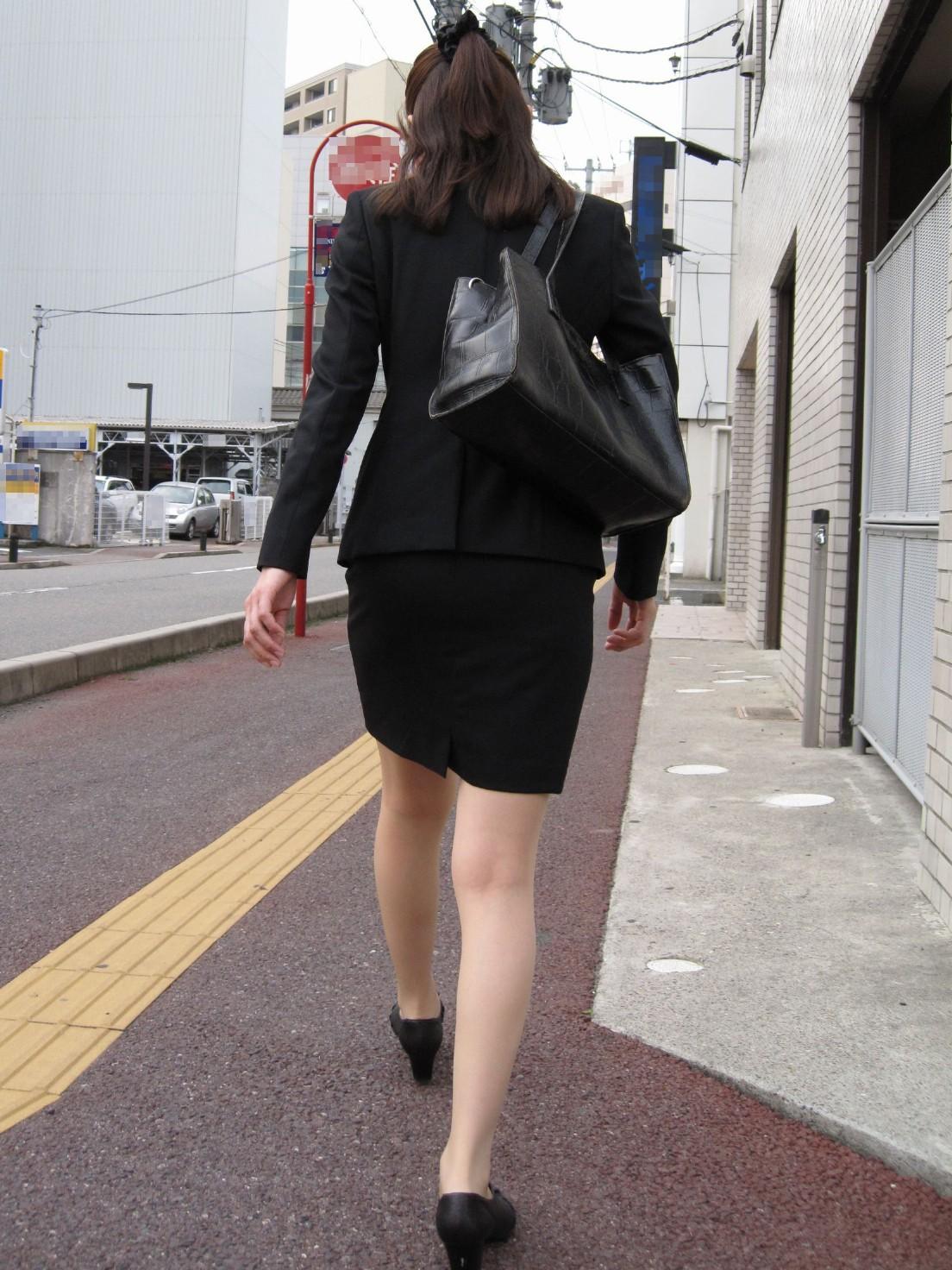 リクルートスーツのお姉さんの街撮り画像だぁーwwwお尻プリプリで最高だぜぇーwww F4sMOwL1Q7YRW1i2
