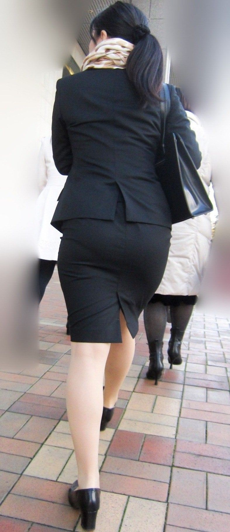 リクルートスーツのお姉さんの街撮り画像だぁーwwwお尻プリプリで最高だぜぇーwww Fg5g3QxHQG2iocTv