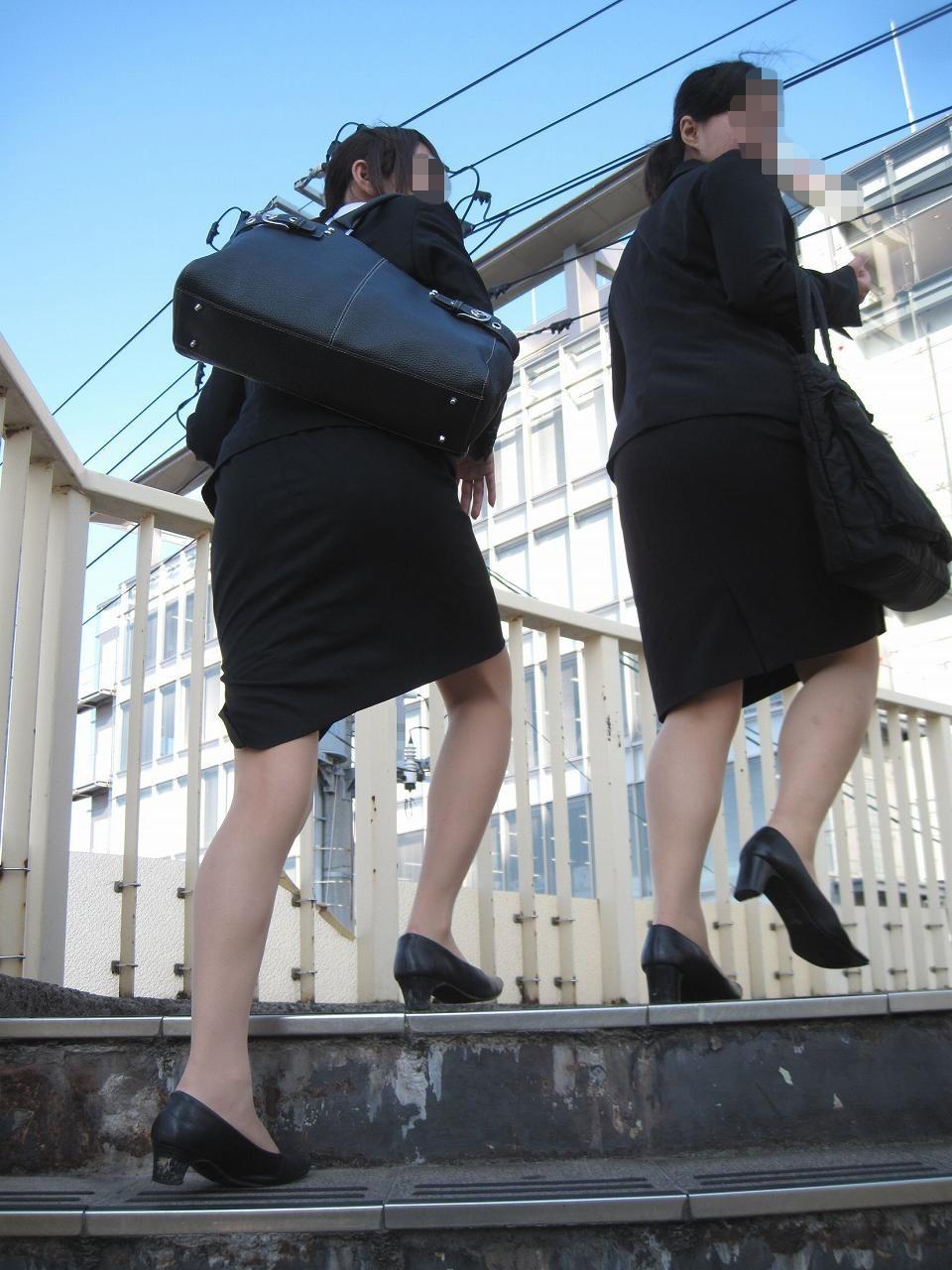 リクルートスーツのお姉さんの街撮り画像だぁーwwwお尻プリプリで最高だぜぇーwww GSp9B6cFZvZKT0CU