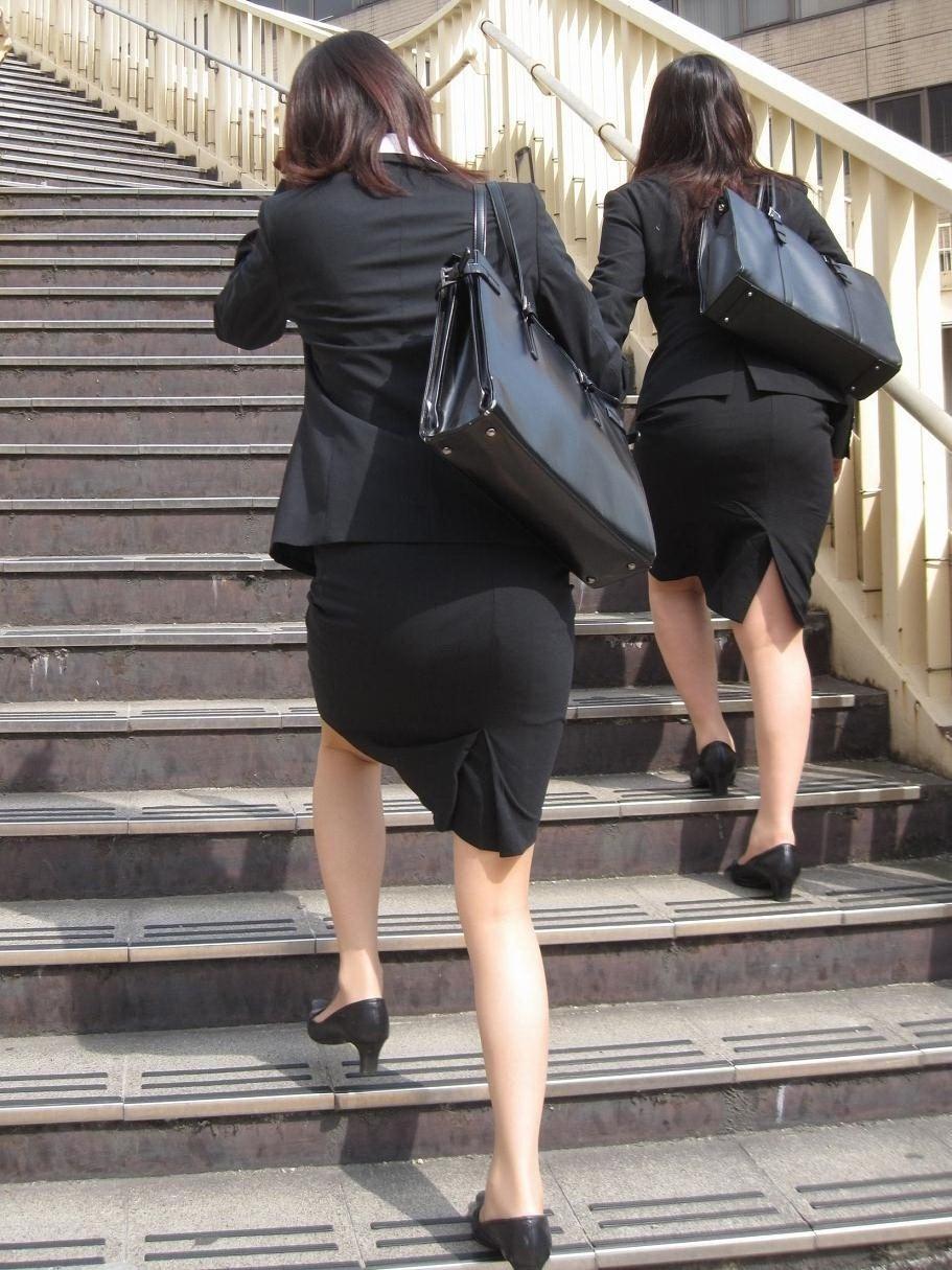 リクルートスーツのお姉さんの街撮り画像だぁーwwwお尻プリプリで最高だぜぇーwww QV1NOPX7ywaZUB2