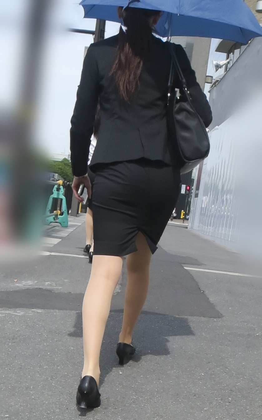 リクルートスーツのお姉さんの街撮り画像だぁーwwwお尻プリプリで最高だぜぇーwww S85nQBK2jxa