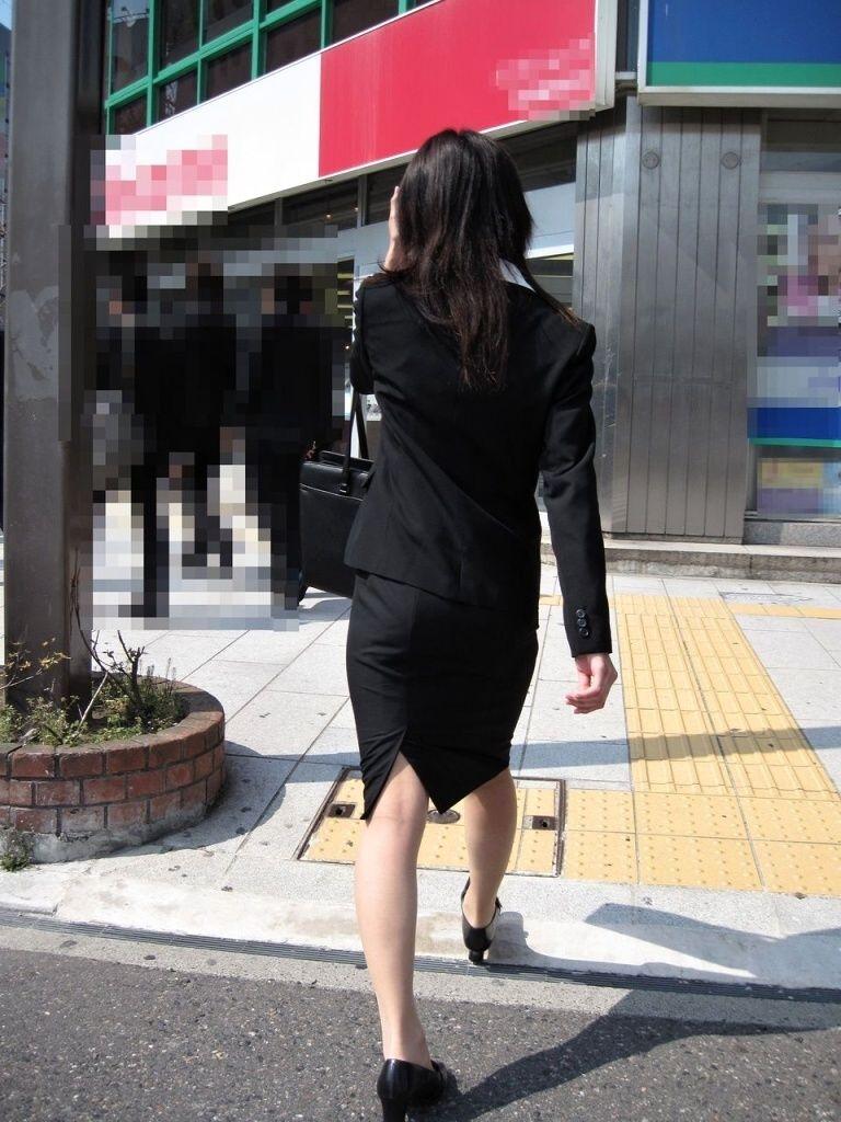 リクルートスーツのお姉さんの街撮り画像だぁーwwwお尻プリプリで最高だぜぇーwww Vug3kPoV7GP
