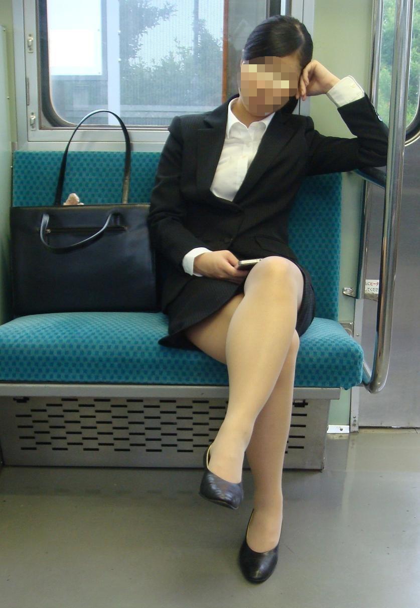 リクルートスーツのお姉さんの街撮り画像だぁーwwwお尻プリプリで最高だぜぇーwww b5mg