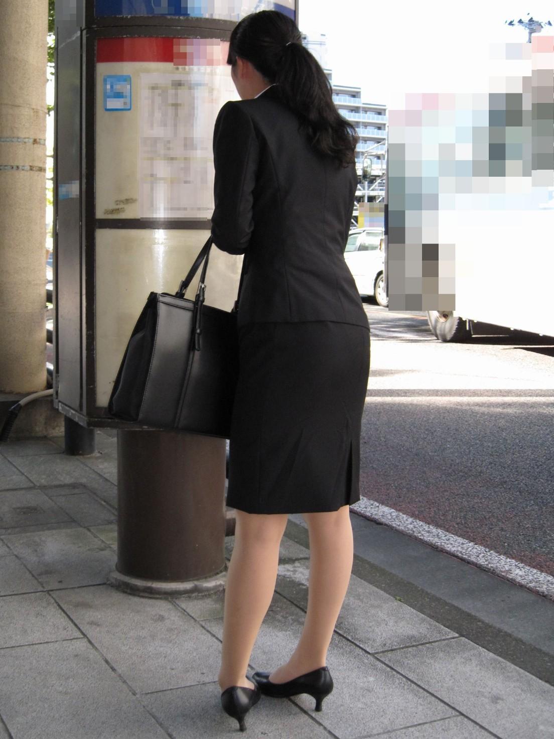リクルートスーツのお姉さんの街撮り画像だぁーwwwお尻プリプリで最高だぜぇーwww iVcf4RhOj