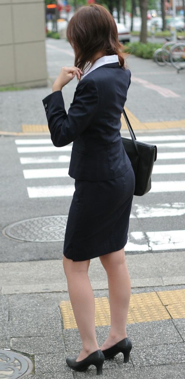 リクルートスーツのお姉さんの街撮り画像だぁーwwwお尻プリプリで最高だぜぇーwww kaIG3yuQ771wjRo