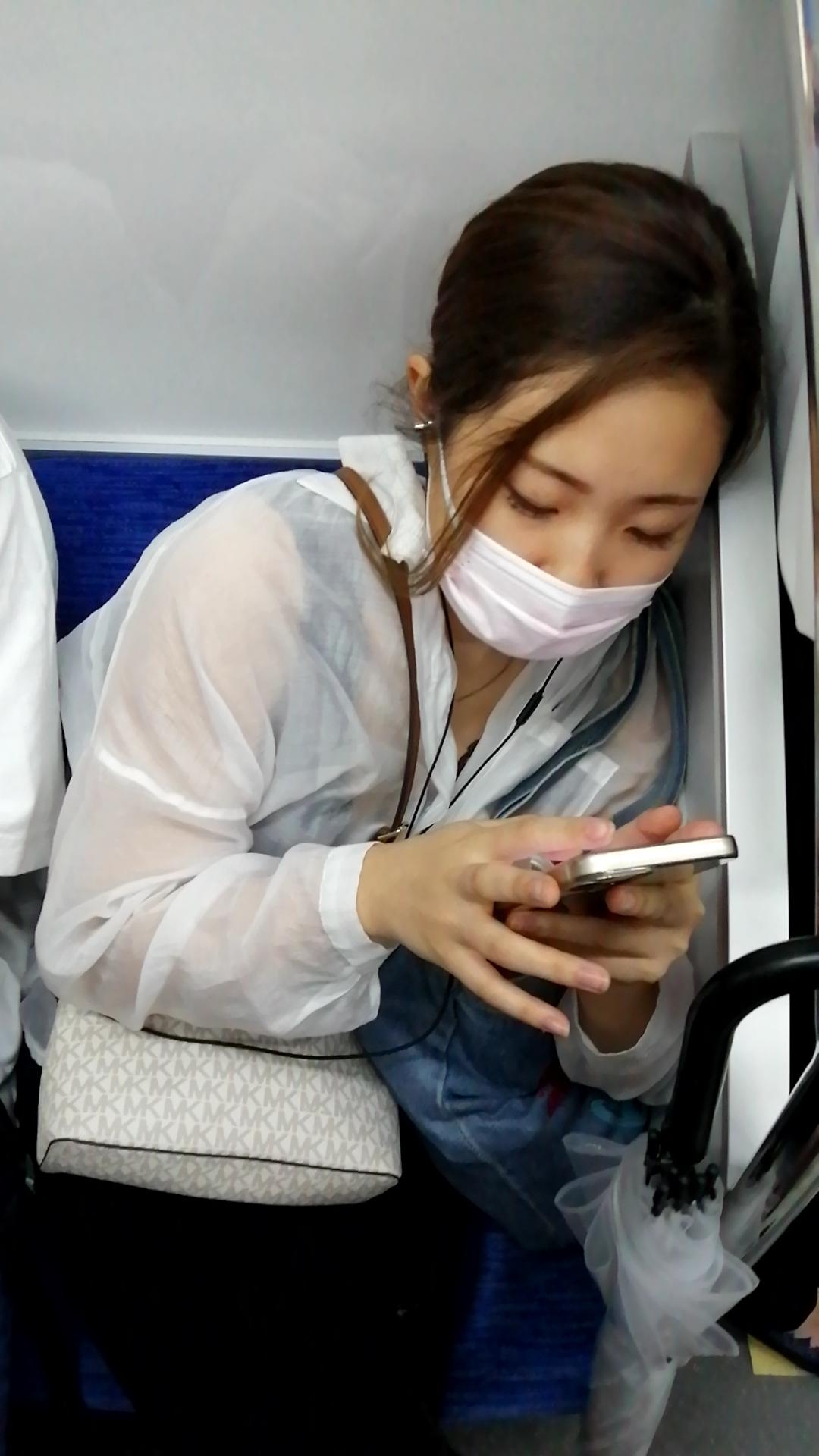ワイ電車内でお姉さんのおっぱいの谷間を鑑賞をしてしまうwwwwwwwwww noW8W5b
