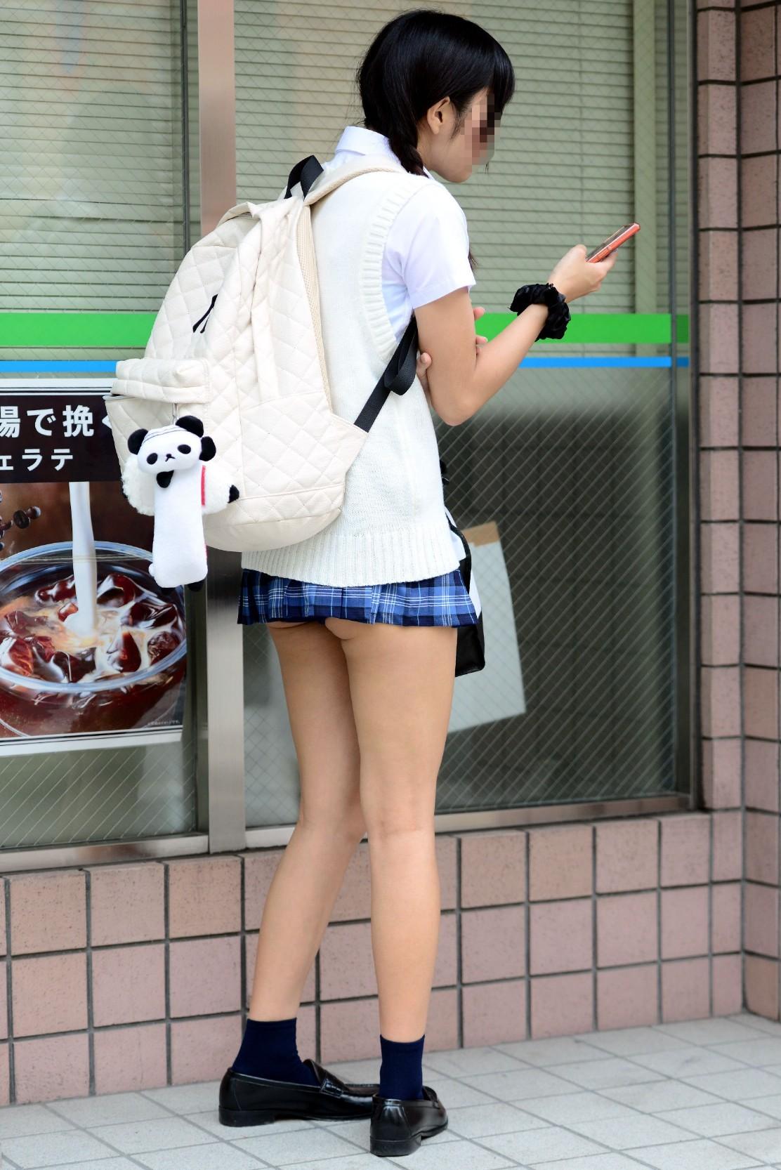 スマホをいじるスケベな格好したお姉さんの街撮り画像 107kiDyNYH