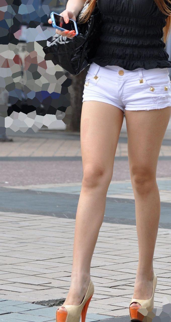 スマホをいじるスケベな格好したお姉さんの街撮り画像 5JL2E43b3LY21