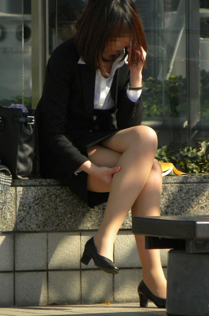 スマホをいじるスケベな格好したお姉さんの街撮り画像 8BgyG3y