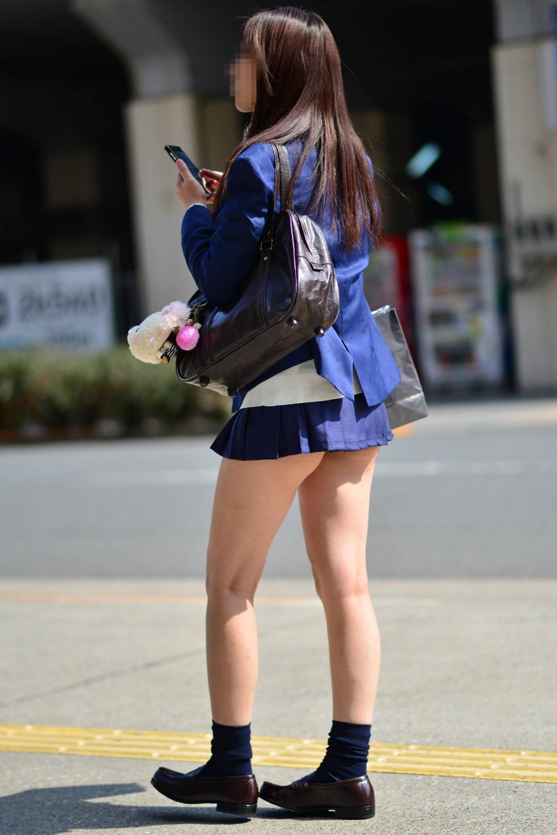 スマホをいじるスケベな格好したお姉さんの街撮り画像 PGpU9Kn