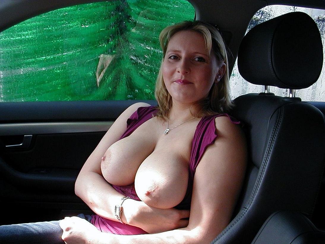 車内で爆乳おっぱい露出して見せつける白人美女さんのエロ画像 1gRd