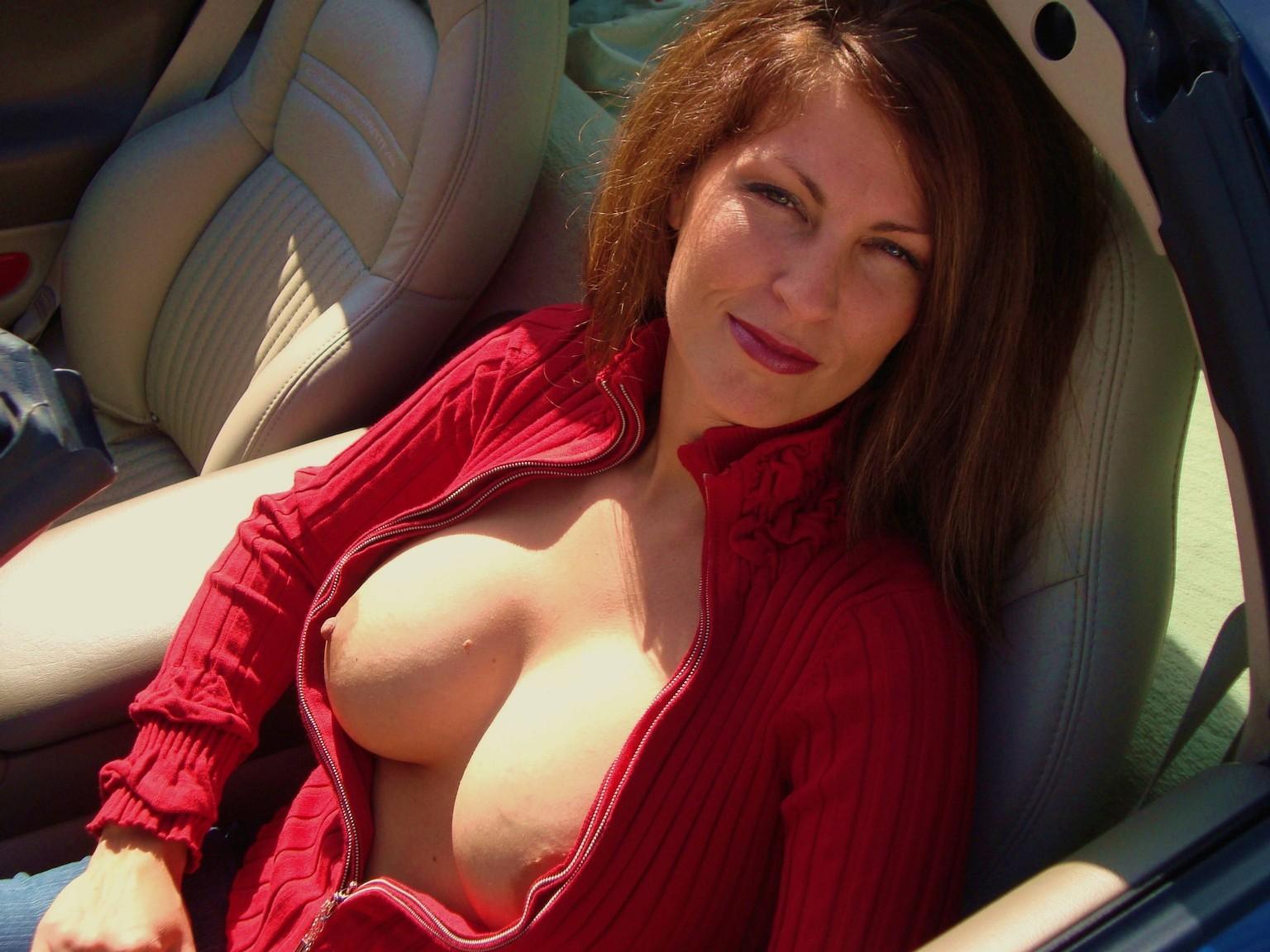 車内で爆乳おっぱい露出して見せつける白人美女さんのエロ画像 3Te22ds4vq0js