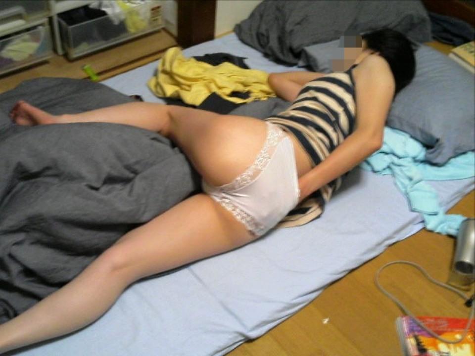 家でくつろいで油断してる嫁や彼女の生々しいエロ画像 8e8Y3Cq2hzcvOLA1