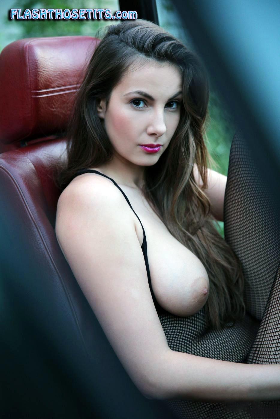 車内で爆乳おっぱい露出して見せつける白人美女さんのエロ画像 Uc83FusVWLOGmGSP