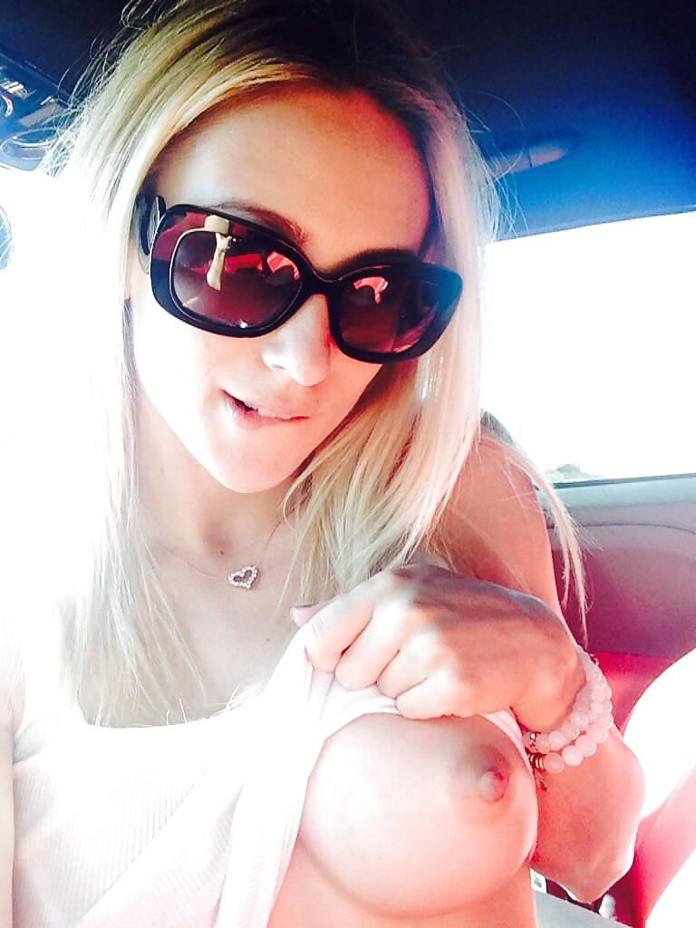 車内で爆乳おっぱい露出して見せつける白人美女さんのエロ画像 kg1fV