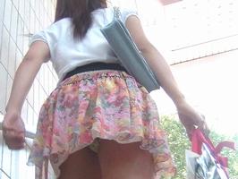 階段登るお姉さんのミニスカパンチラが超エッチwwwwwwwwwww