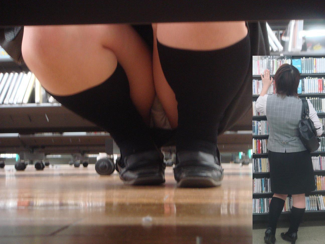 レンタルショップで女性客のパンツ撮影してるパンチラ画像 7n8iO7fGiGTj3uBF