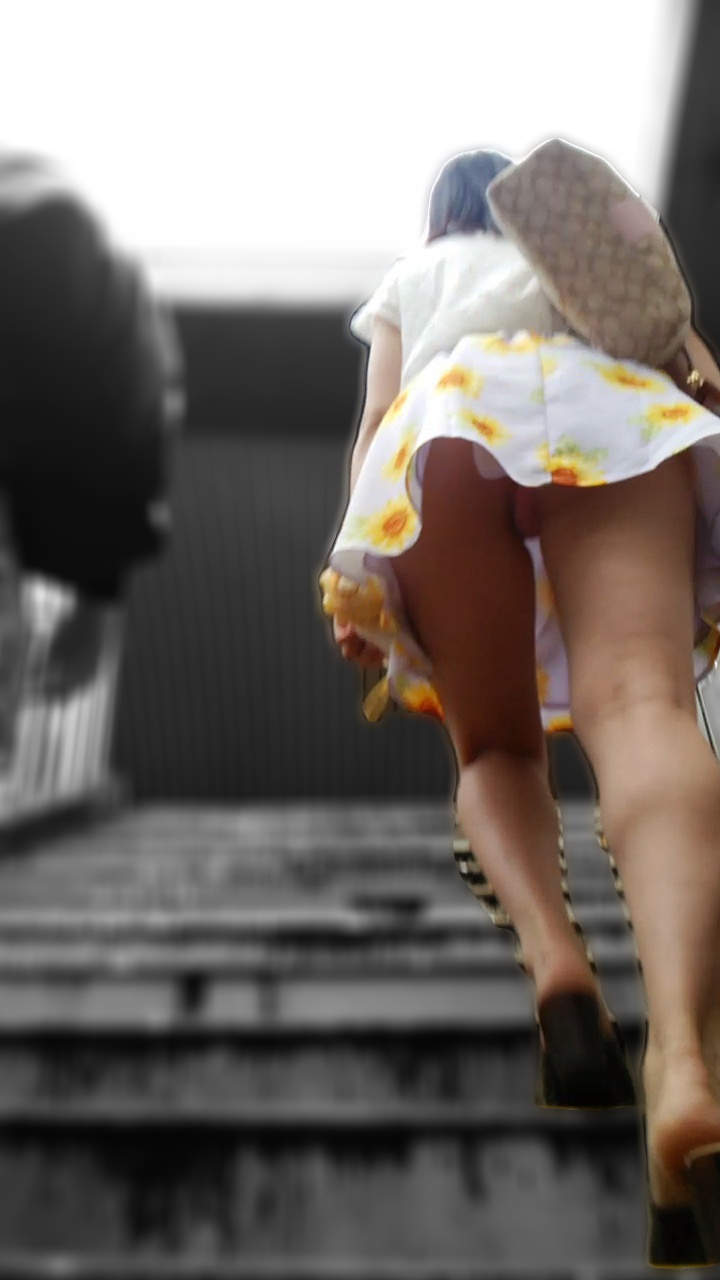階段登るお姉さんのミニスカパンチラが超エッチwwwwwwwwwww AE4mDxcY4jq5KtA