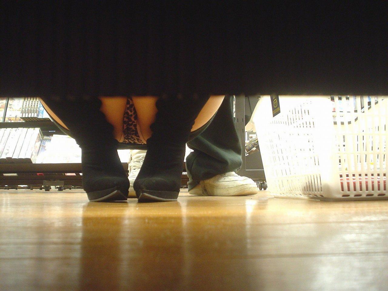 レンタルショップで女性客のパンツ撮影してるパンチラ画像 BqbsBu7Rpdbd