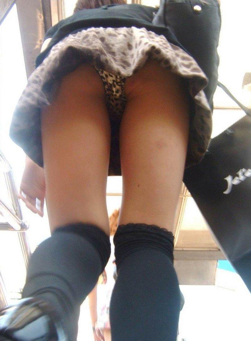 階段登るお姉さんのミニスカパンチラが超エッチwwwwwwwwwww GbXY