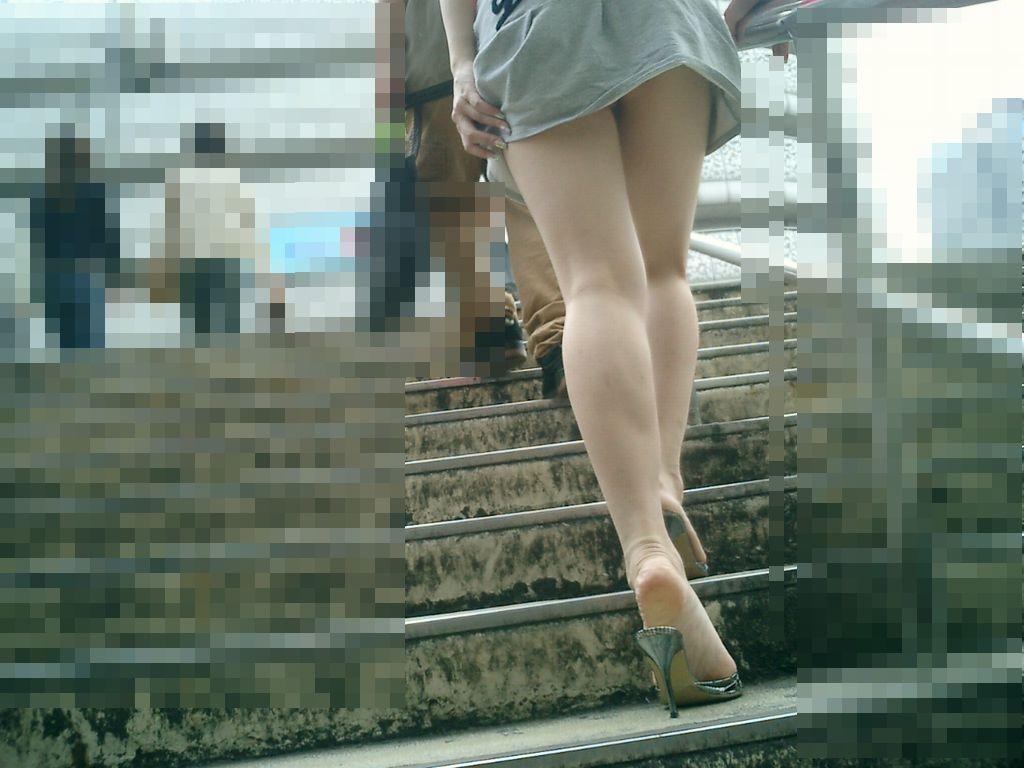 階段登るお姉さんのミニスカパンチラが超エッチwwwwwwwwwww Hm1gxSb
