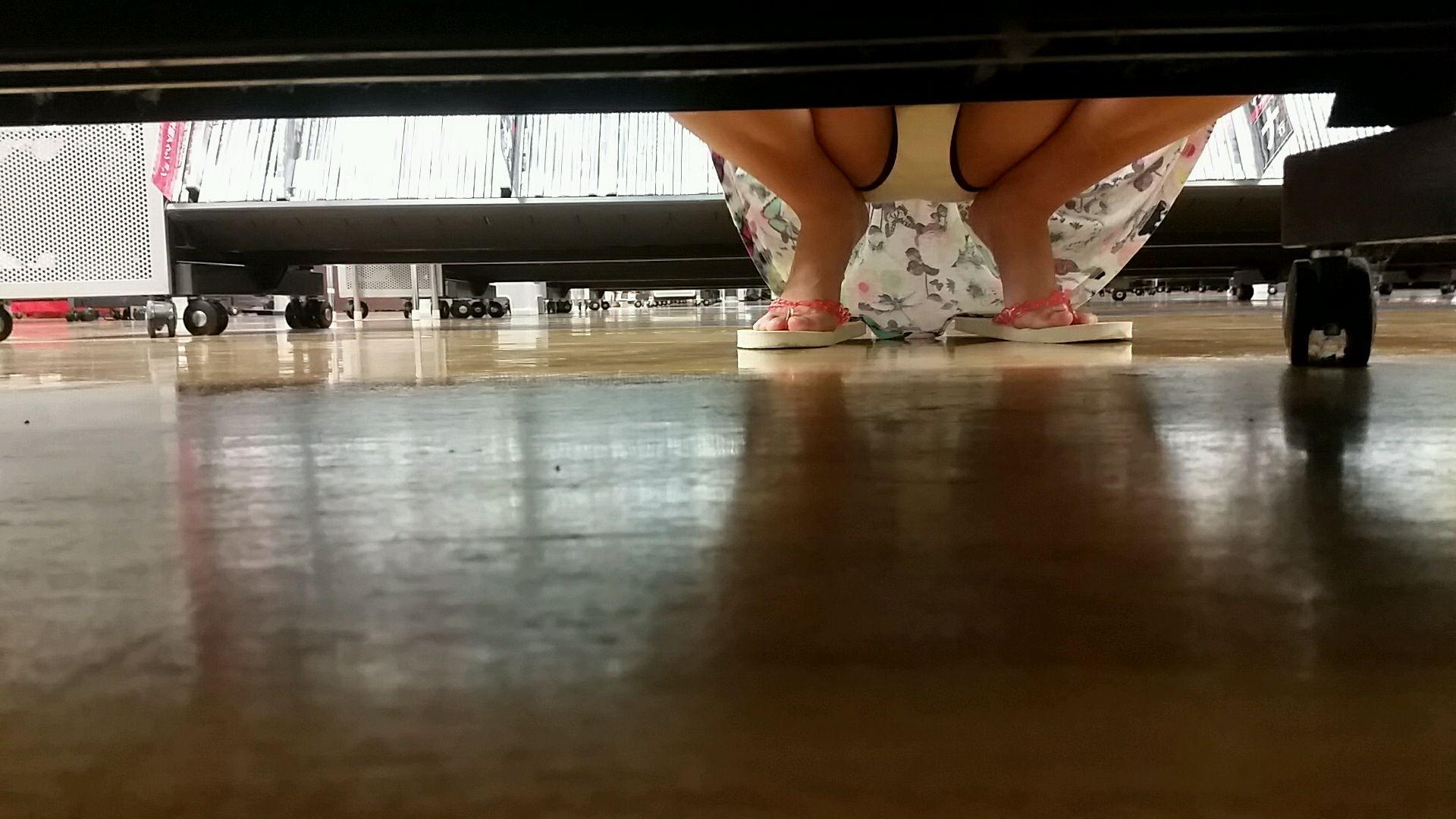 レンタルショップで女性客のパンツ撮影してるパンチラ画像 IK8JYggEhK3c07