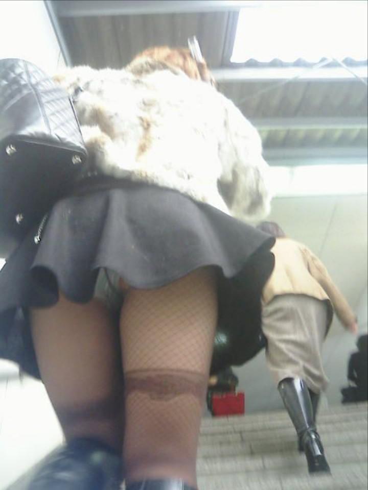階段登るお姉さんのミニスカパンチラが超エッチwwwwwwwwwww N47MXXZ3swUWK