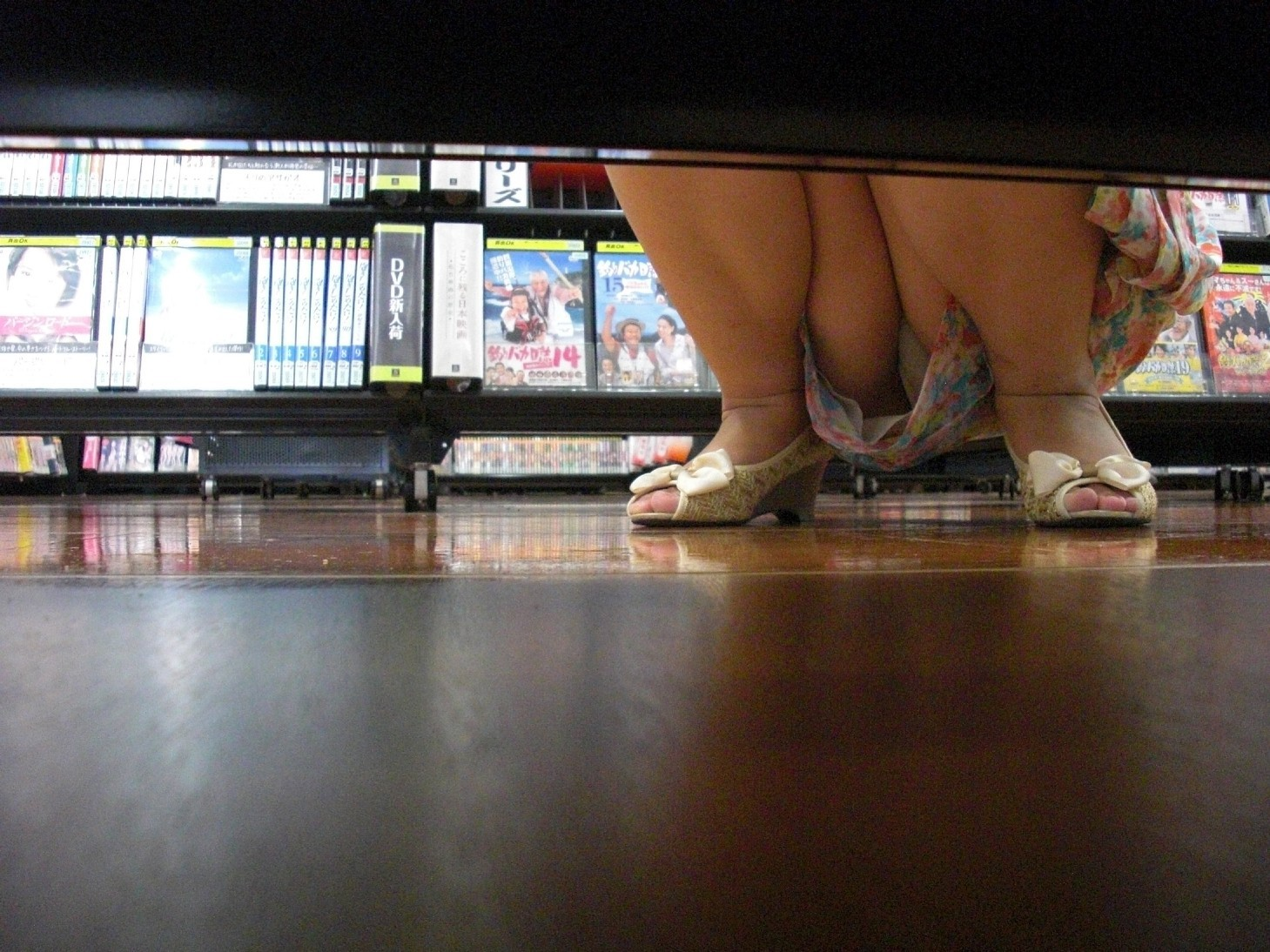 レンタルショップで女性客のパンツ撮影してるパンチラ画像 T0RgXYKfo1P