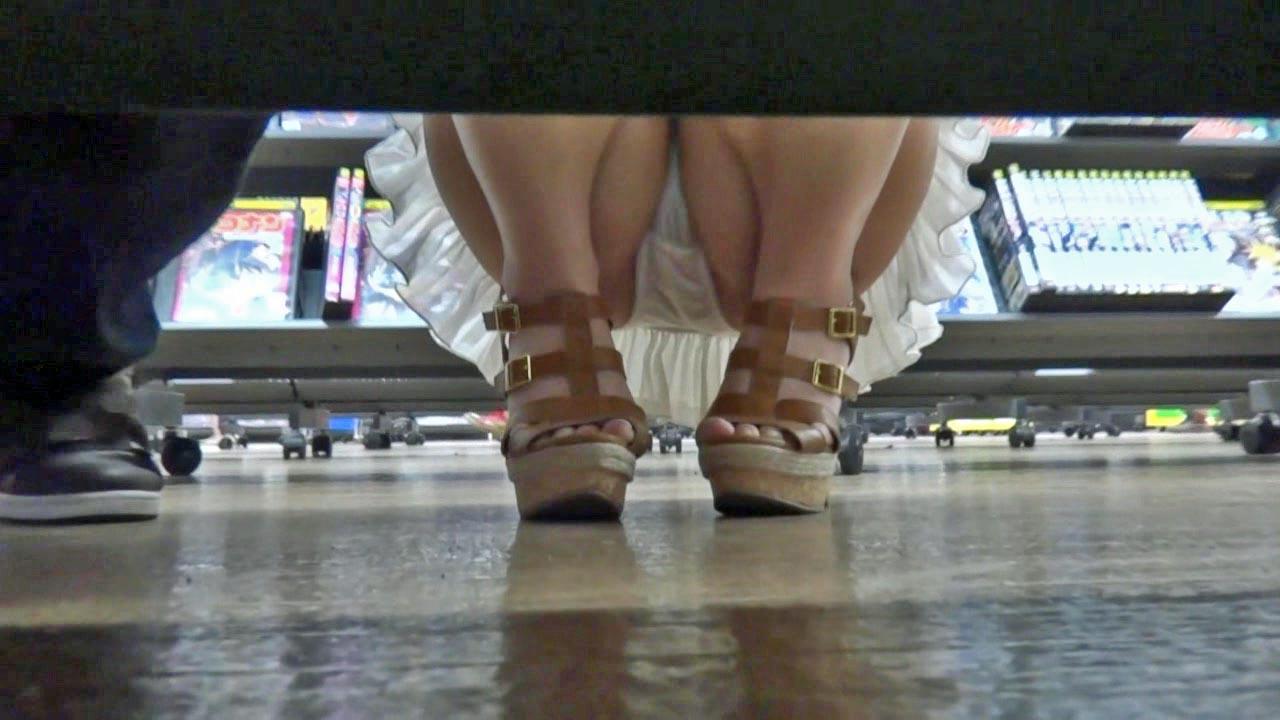 レンタルショップで女性客のパンツ撮影してるパンチラ画像 TW3O10