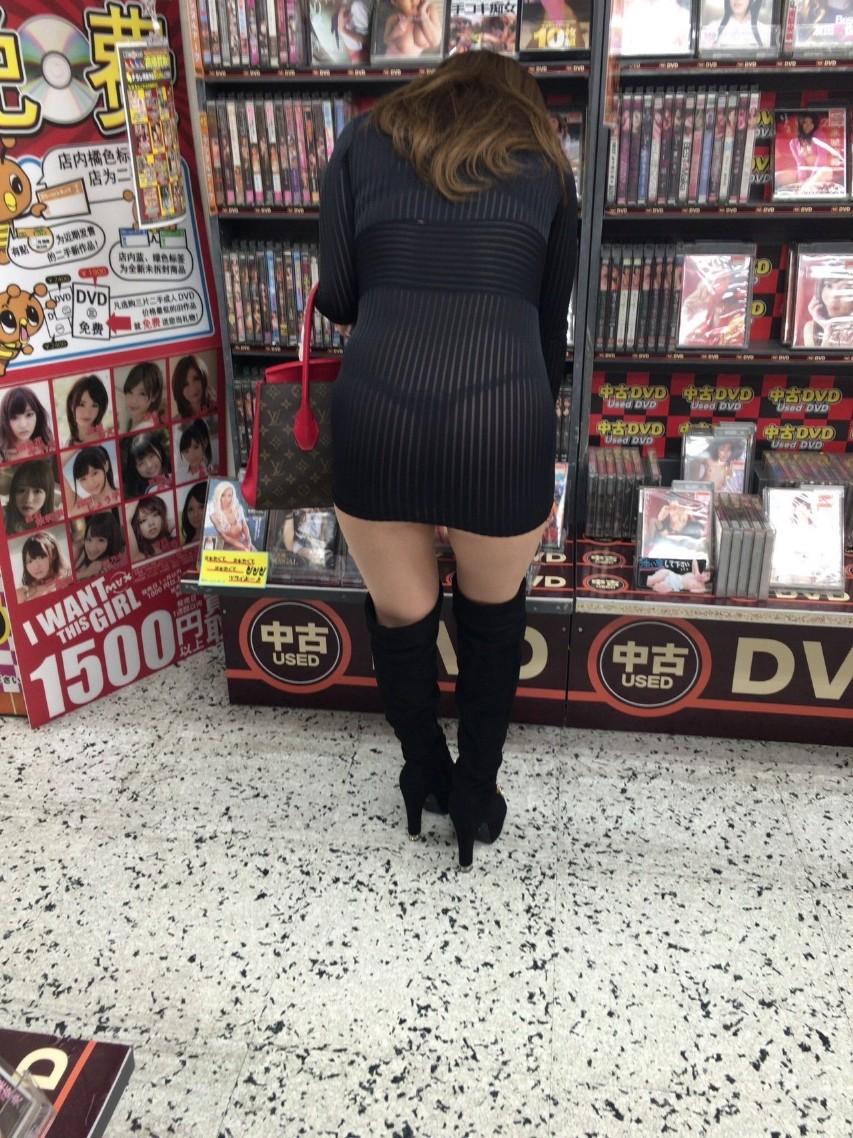 レンタルショップで女性客のパンツ撮影してるパンチラ画像 V78ZovX6