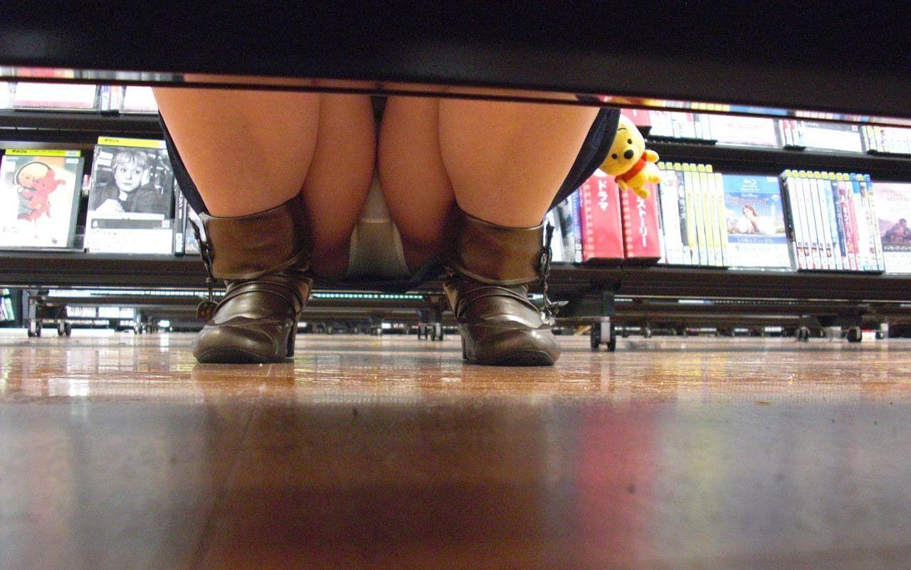レンタルショップで女性客のパンツ撮影してるパンチラ画像 WO36Y2W46F
