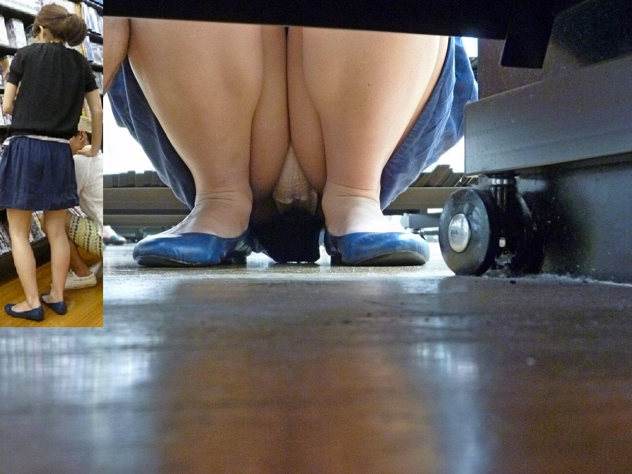 レンタルショップで女性客のパンツ撮影してるパンチラ画像 f2cgnPd