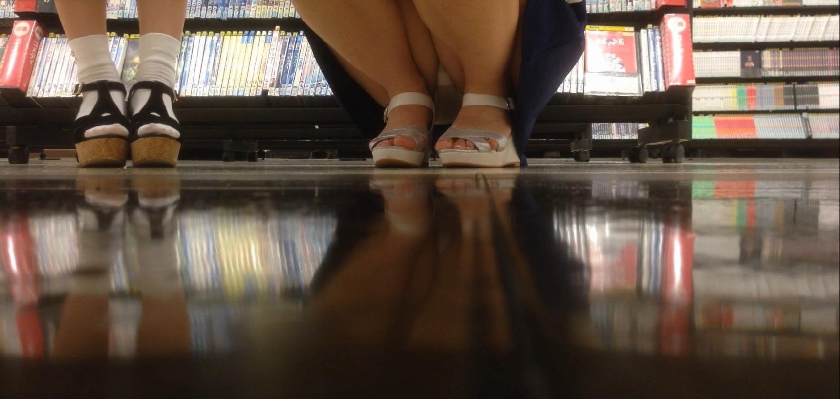 レンタルショップで女性客のパンツ撮影してるパンチラ画像 gXEXK36C9