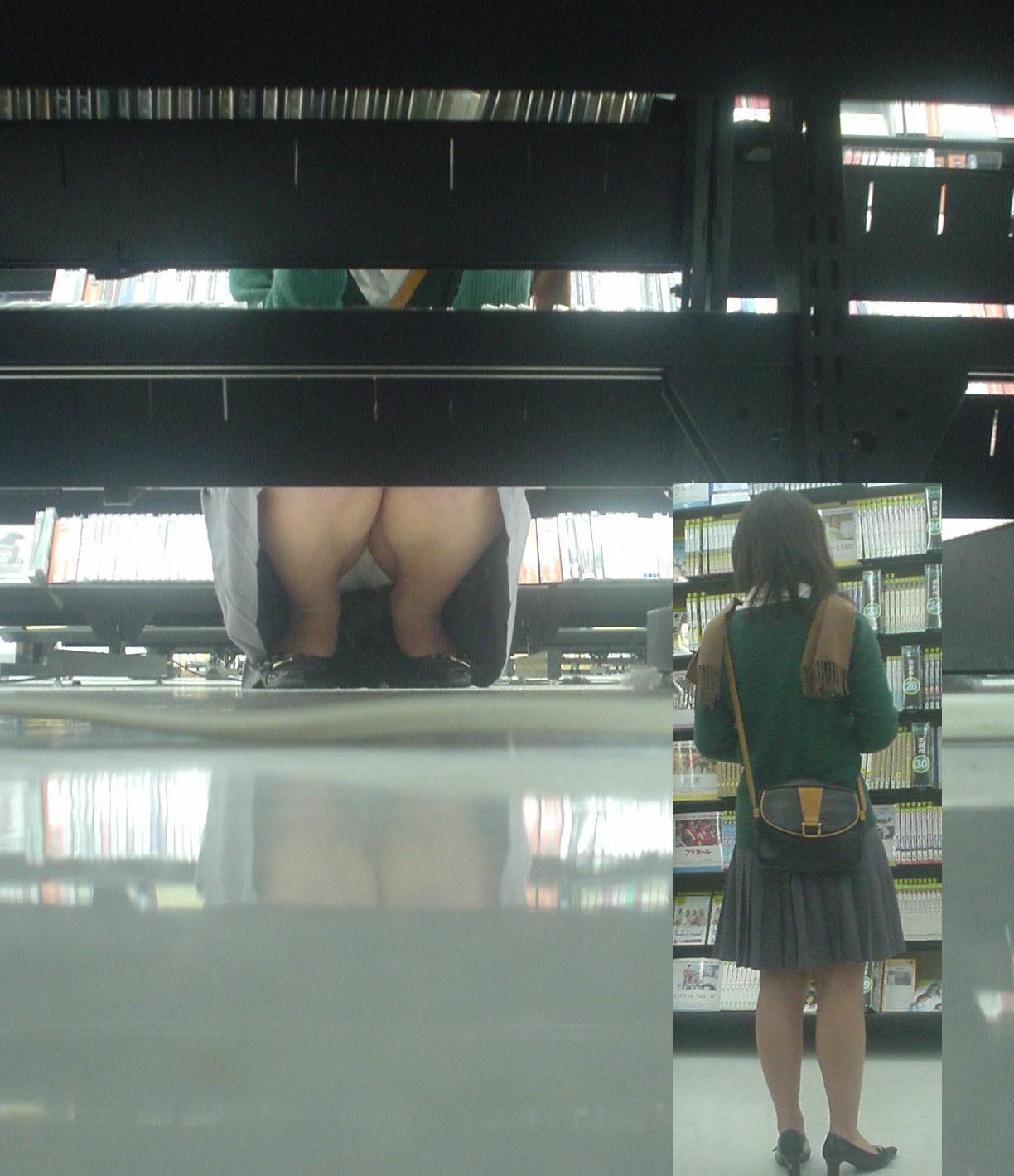レンタルショップで女性客のパンツ撮影してるパンチラ画像 gk5UJpphdZ6F
