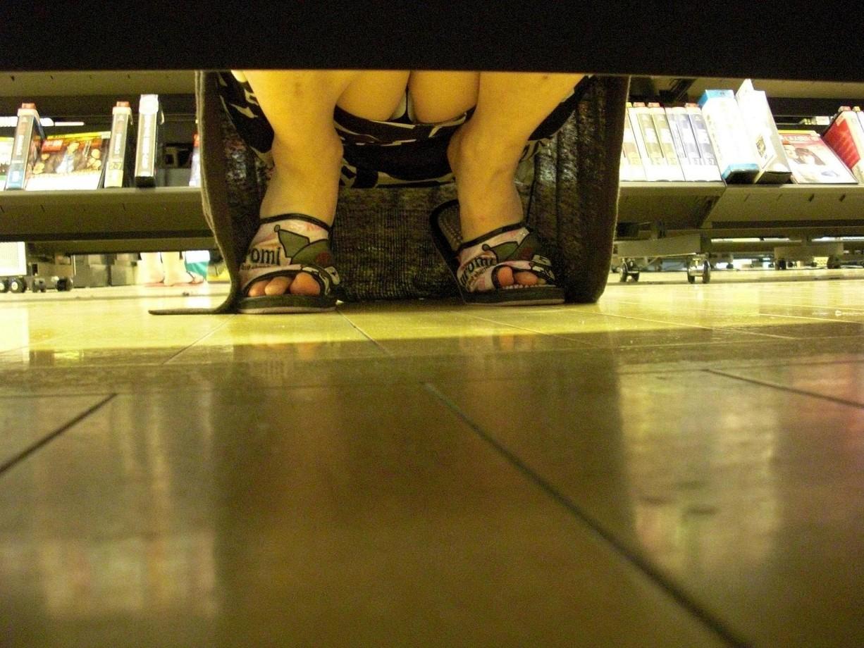 レンタルショップで女性客のパンツ撮影してるパンチラ画像 hlfnsNdij