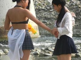河原で水遊びしてるJKが制服脱いでエロすぎるwwwwwwwwwwww