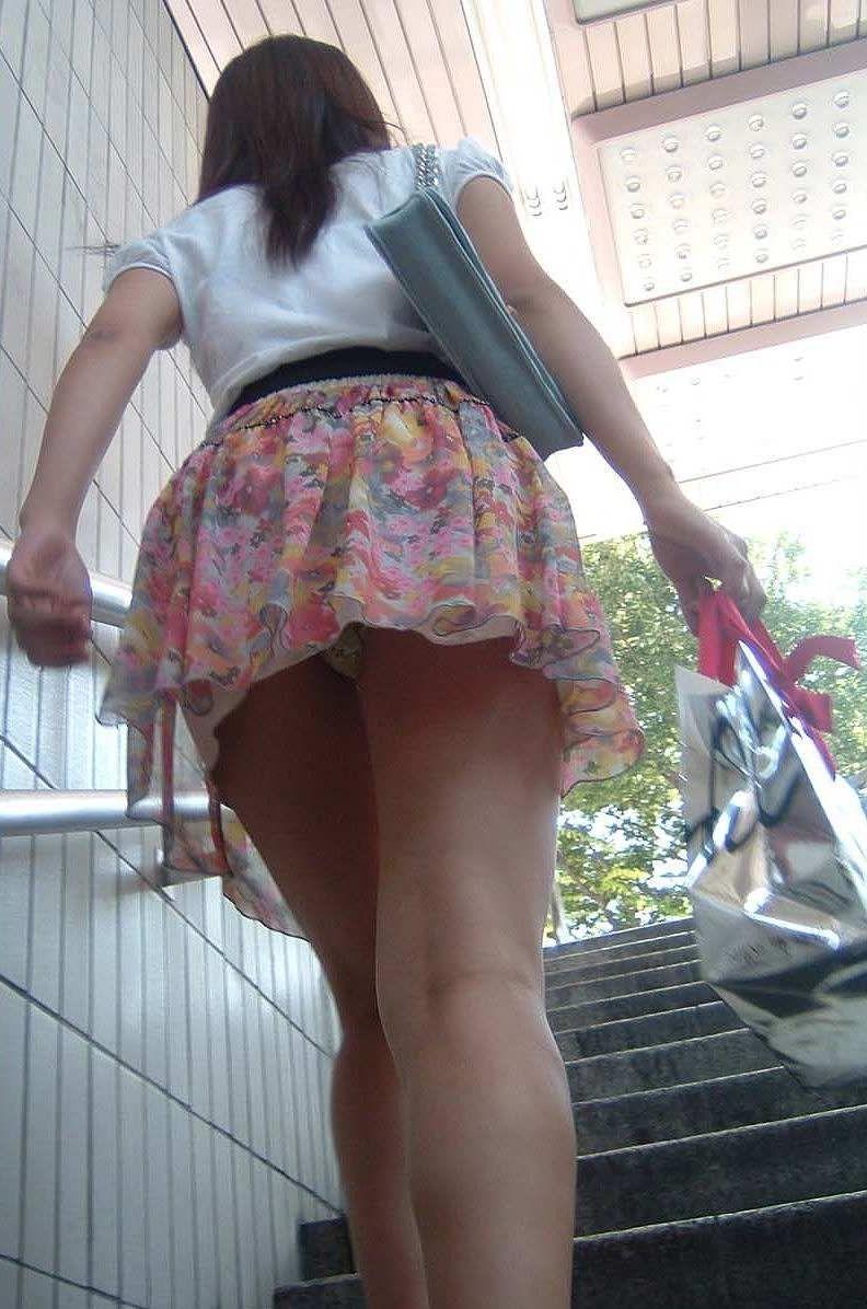 階段登るお姉さんのミニスカパンチラが超エッチwwwwwwwwwww y0v840b18g9