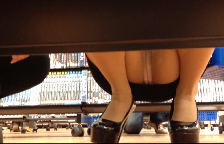 レンタルショップで女性客のパンツ撮影してるパンチラ画像 yYHJTOZYx