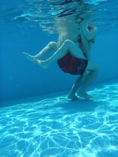 プールの水中で撮影されたビキニ姿のお尻とまんこの素人水着エロ画像 05440619