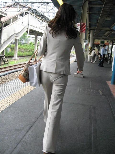 透けパンチラで街を練り歩く素人お姉さんのエロ画像 05ce0b0a s