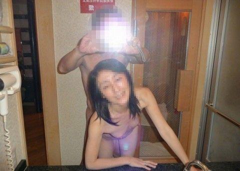 鏡越しにセフレや彼女をハメ撮りしてネット投稿した素人エロ画像 0be6bf8a