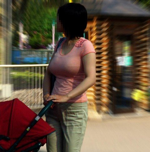 はち切れそうな着衣おっぱいしてる街角巨乳お姉さんの素人エロ画像 0d2ace79