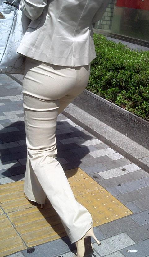 透けパンチラで街を練り歩く素人お姉さんのエロ画像 0e3f899d s