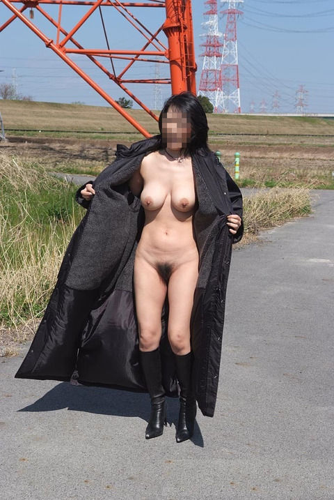 恥ずかしがる素振りがない普段から野外露出してる素人エロ画像 14884a28