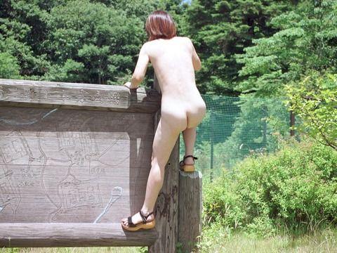 恥ずかしがる素振りがない普段から野外露出してる素人エロ画像 1c3a9464