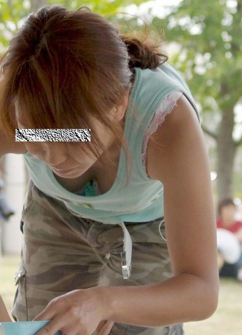 街撮り盗撮素人娘の胸チラのエロ画像 23507c2b s