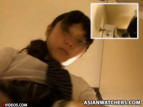 女子校生風の素人娘が制服で立ちションしてるAVのキャプエロ画像 25338b2f